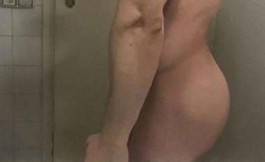 Ragazzo gay nudo in piedi nella vasca culo perfetto