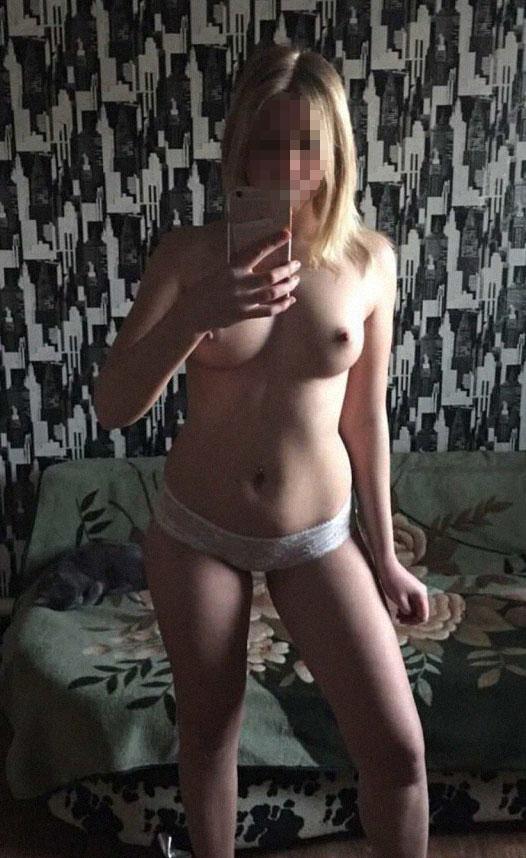 Donna bionda senza reggiseno con tette piccole con culotte bianca si scatta selfie allo specchio
