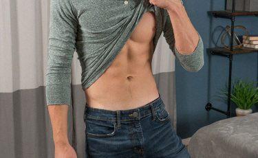 Uomo sexy si tira su la maglietta e fa vedere gli addominali
