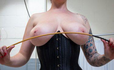 Mistress tettona con la frusta in mano e bustino nero